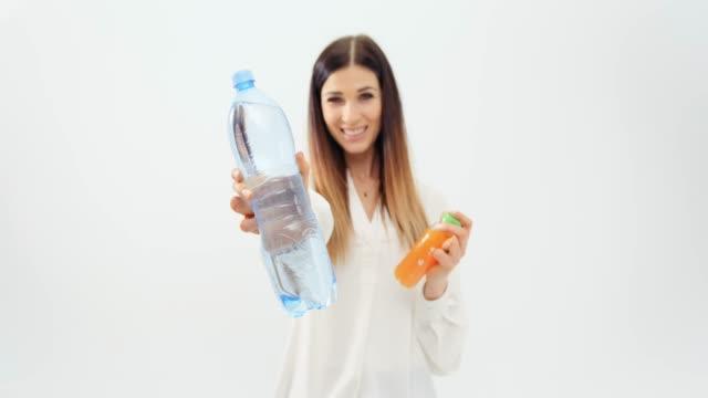 junge Frau Wahl Flasche Wasser – Video