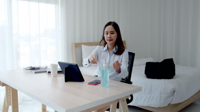 ung kvinna rengöring hennes hand innan du använder tablett - resistance bacteria bildbanksvideor och videomaterial från bakom kulisserna