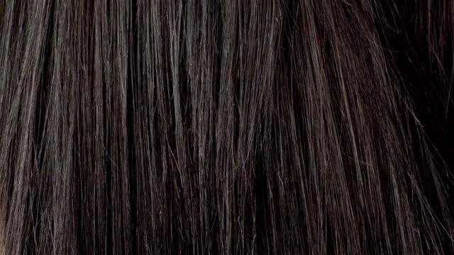 junge frau kämmen ihr haar - haar stock-videos und b-roll-filmmaterial