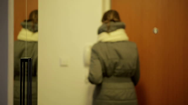 stockvideo's en b-roll-footage met young woman coming back home from her work - flat cap