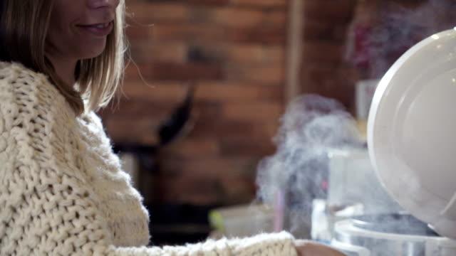 jovem mulher cozinhando na cozinha, câmera lenta, pan - vídeo