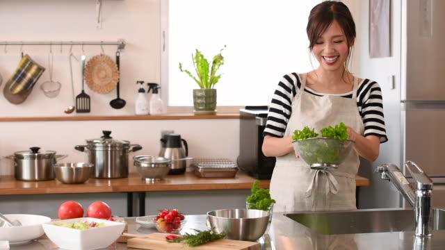 vídeos y material grabado en eventos de stock de joven cocinando en la cocina - cocina doméstica