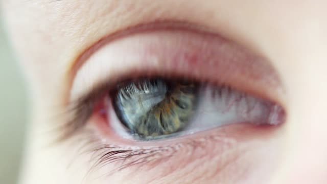 stockvideo's en b-roll-footage met jonge vrouw schreeuwen. intense blik, oog in de macro. - ooglid