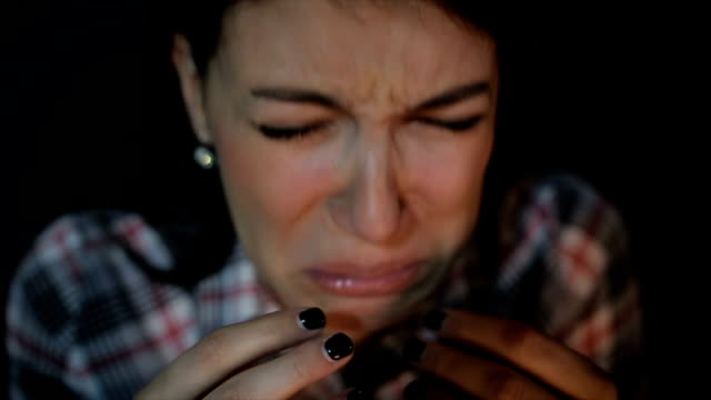stockvideo's en b-roll-footage met jonge vrouw huilen - funeral crying