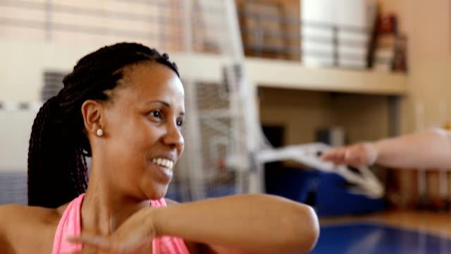 grup sınıfında dans genç kadın - orta yetişkin stok videoları ve detay görüntü çekimi