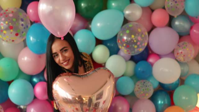 kalp balonu ile dans genç kadın - sadece genç bir kadın stok videoları ve detay görüntü çekimi