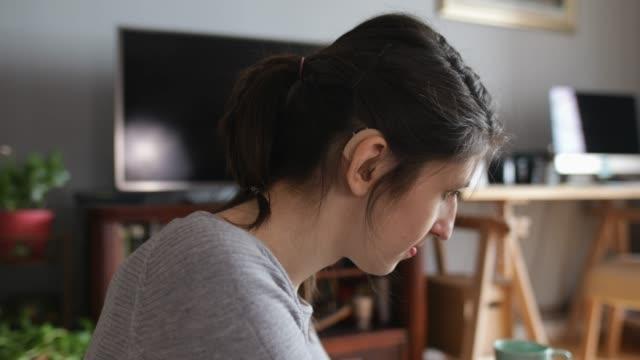 vídeos de stock, filmes e b-roll de designer de jovem mulher trabalhando em casa - surdo