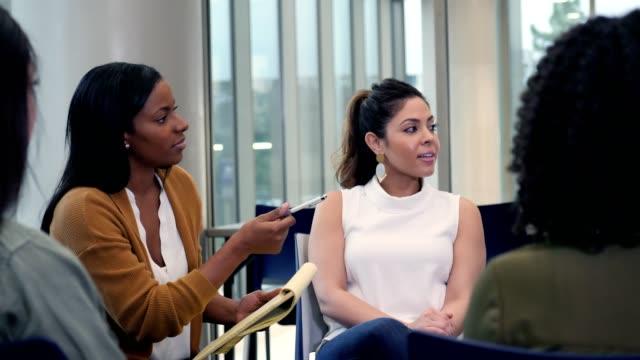stockvideo's en b-roll-footage met jonge vrouw bespreekt iets tijdens groepstherapie sessie - alternatieve therapie