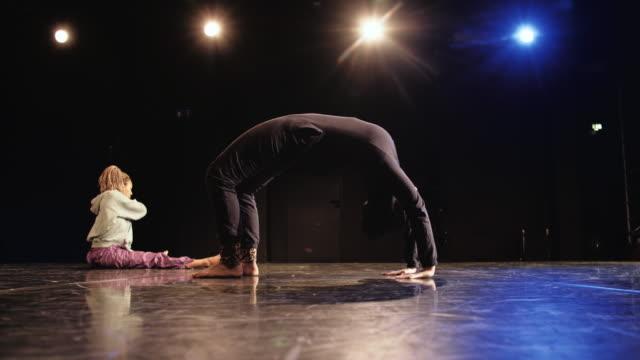 giovane donna che torna in piedi sul palco del teatro - dorso umano video stock e b–roll