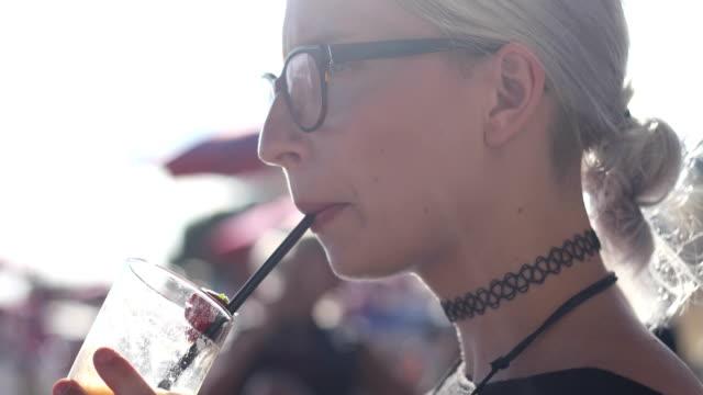 Junge Frau trinken smoothie – Video