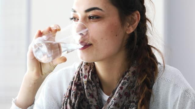 若い女性の飲料水  - グラス点の映像素材/bロール