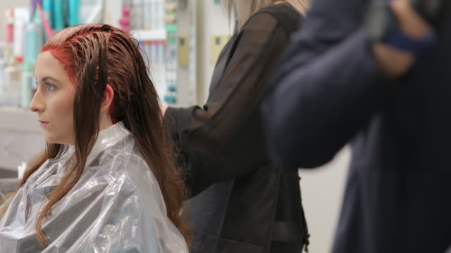 junge frau sterbehaar auf friseursalon - haartönung stock-videos und b-roll-filmmaterial