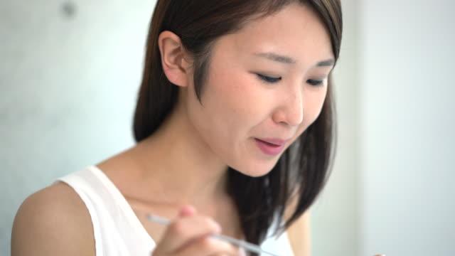 ung kvinna äta curry - ris spannmålsväxt bildbanksvideor och videomaterial från bakom kulisserna