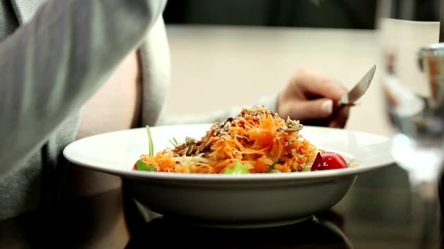 若い女性のレストランでのお食事をお楽しみください。 - サラダ点の映像素材/bロール