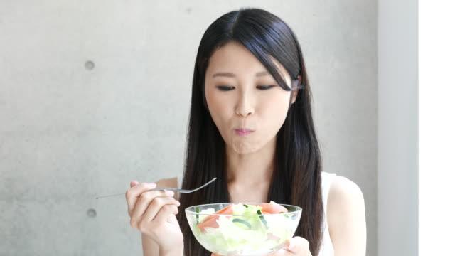 若い女性のサラダを食べ - サラダ点の映像素材/bロール