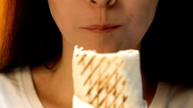 junge frau essen lecker hühnerroulade, ungesunden fastfood, appetit, nahaufnahme - döner stock-videos und b-roll-filmmaterial