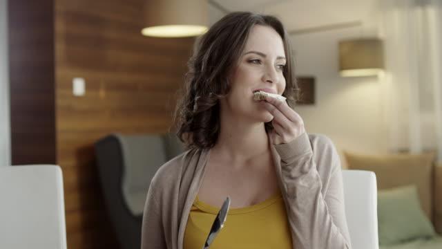 giovane donna mangiare - formaggio spalmabile video stock e b–roll