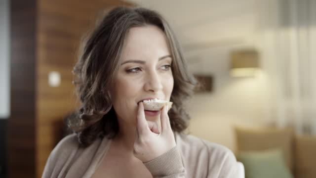 stockvideo's en b-roll-footage met jonge vrouw eten - brood