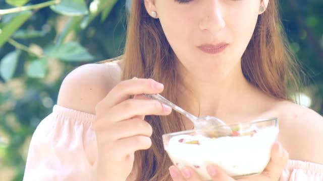 Mujer joven comer yogur. - vídeo