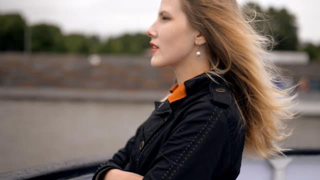 ung kvinna njuta av en båttur. - turistbåt bildbanksvideor och videomaterial från bakom kulisserna