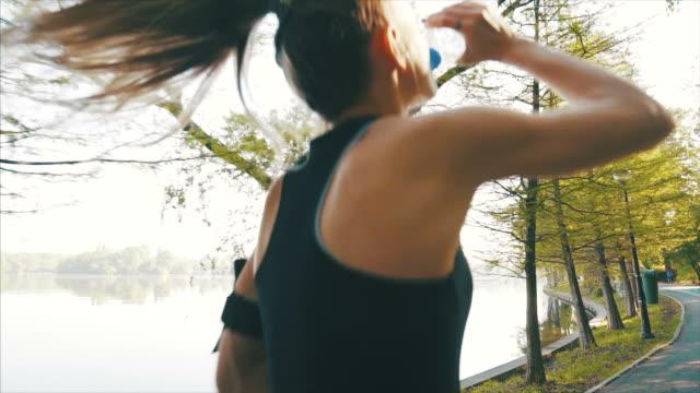 young woman enjoying her morning run. - ritemprarsi video stock e b–roll