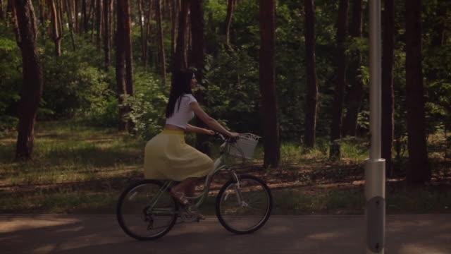 junge frau, die aktiv im freien im park - haarfarbe stock-videos und b-roll-filmmaterial