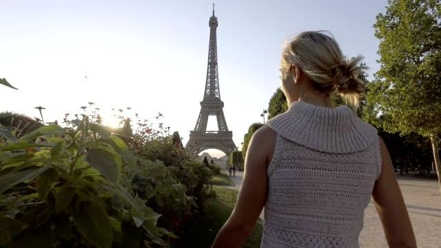 vídeos de stock, filmes e b-roll de jovem, desfrutando de paris, braços estendidos - frança - moda parisiense