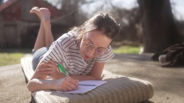 giovane donna, godendo la magia del fungo commestibile e della spiritualità mentre scrive i suoi pensieri - china drug video stock e b–roll