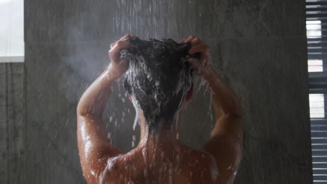 休暇を楽しむ若い女性 - 体 洗う点の映像素材/bロール
