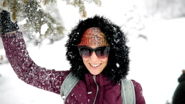 vidéos et rushes de la jeune femme apprécie la journée d'hiver enneigée - paysage extrême