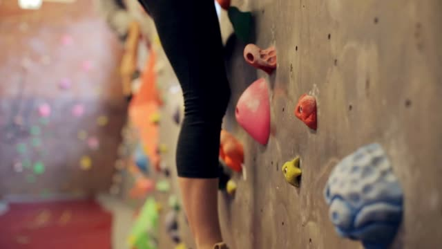 junge frau im indoor-kletterwand fitness-studio trainieren - bouldering stock-videos und b-roll-filmmaterial