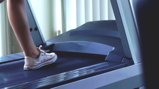 ung kvinna tränar på löpband maskin - anständig klädsel bildbanksvideor och videomaterial från bakom kulisserna