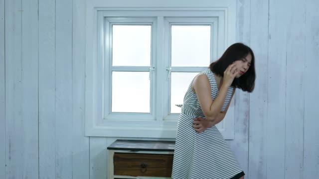Junge Frau erleben Magenschmerzen beim mit Telefon – Video
