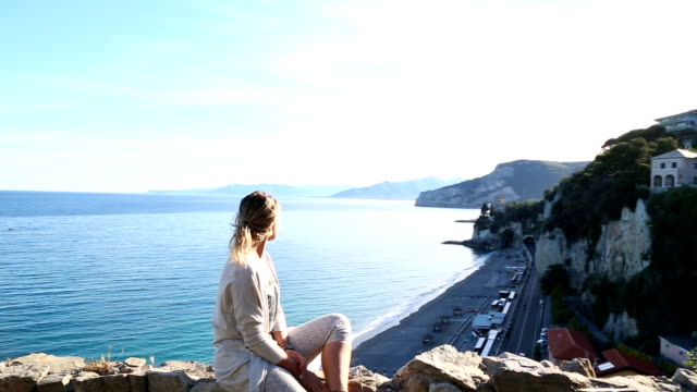 young woman explores mediterranean coastal zone - pantaloni capri video stock e b–roll