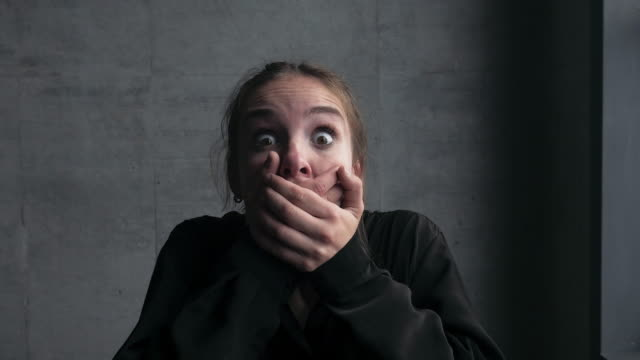 ung kvinna ansikte skrek - fruktan bildbanksvideor och videomaterial från bakom kulisserna