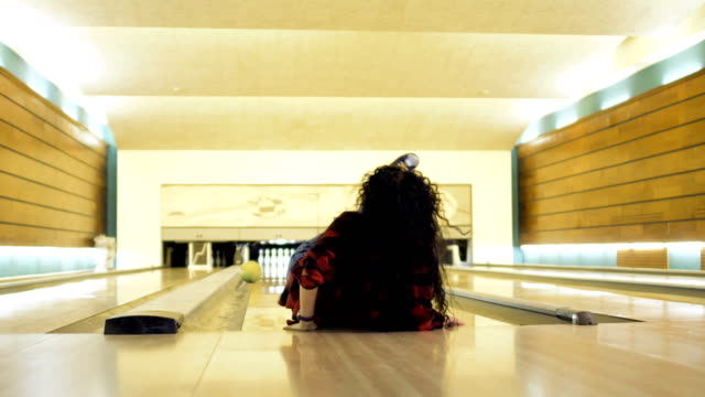 young woman falls down while throws a bowling ball - lega sportiva amatoriale video stock e b–roll