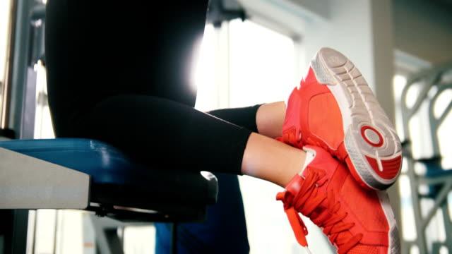 若い女性フィットネス モデルは、セクシーなボディのためのトレーニング ・ ジムで訓練をしてください。 - 女性選手点の映像素材/bロール