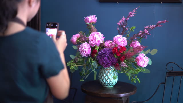 junge frau florist arbeiten mit blumen. - hortensie stock-videos und b-roll-filmmaterial
