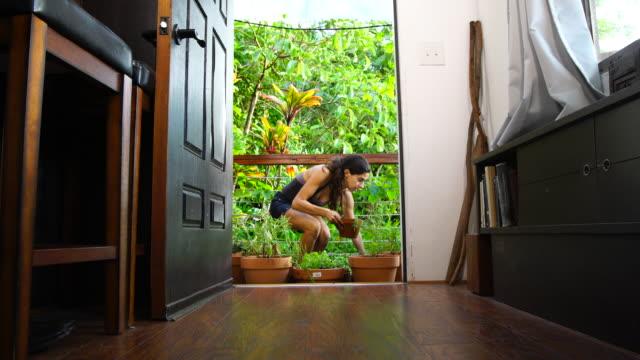 デッキの上の若い女性庭園。 ビデオ