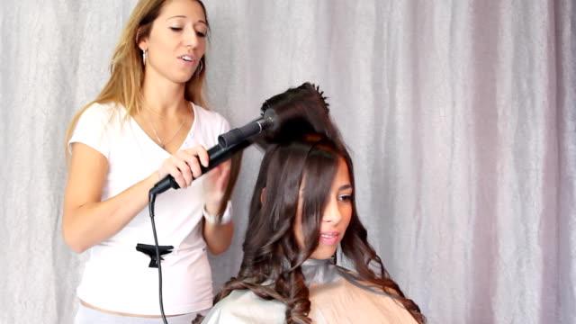 若い女性の髪型 - 美容室のビデオ点の映像素材/bロール