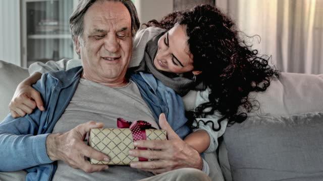 vídeos de stock, filmes e b-roll de mulher nova que dá o presente seu pai - fathers day