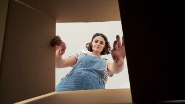 ung kvinna gripa tag i en tejp. - flytta bildbanksvideor och videomaterial från bakom kulisserna