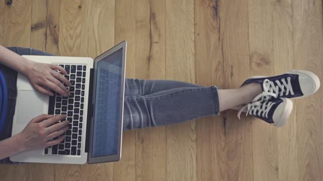 vidéos et rushes de main de jeune femme à l'aide d'ordinateur portable - taper à la machine
