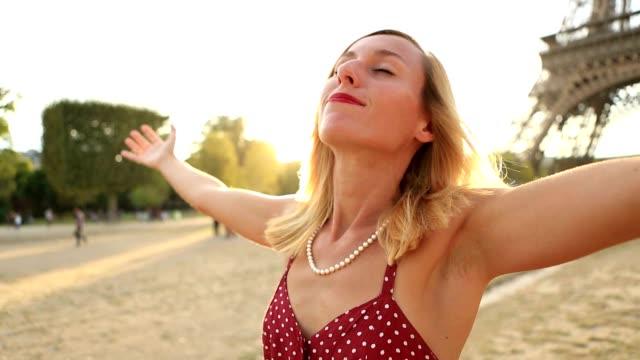 Méfaits de jeune femme tendus à la Tour Eiffel au coucher du soleil - Vidéo