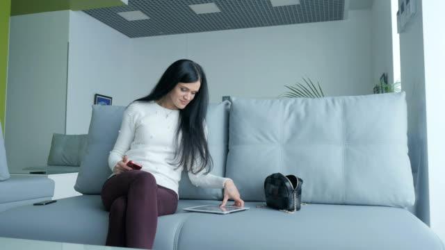 stockvideo's en b-roll-footage met jonge vrouw heeft een rust in de vip-lounge op de luchthaven - vliegveld vertrekhal
