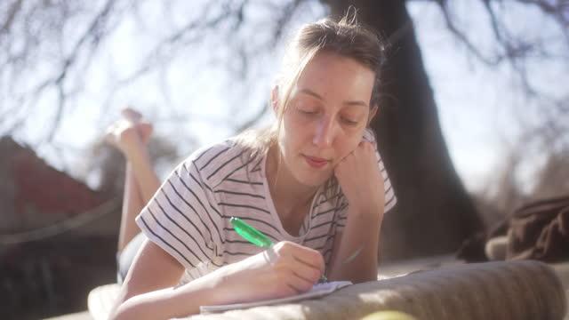 giovane donna che ha un momento zen mentre prende il flusso di ispirazione e immaginazione - china drug video stock e b–roll