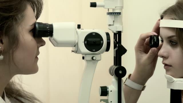 Jovem mulher tendo sua visão de análise - vídeo