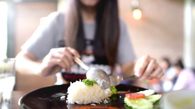 vídeos de stock, filmes e b-roll de jovem mulher tendo um almoço no restaurante cafe. - 16 17 anos