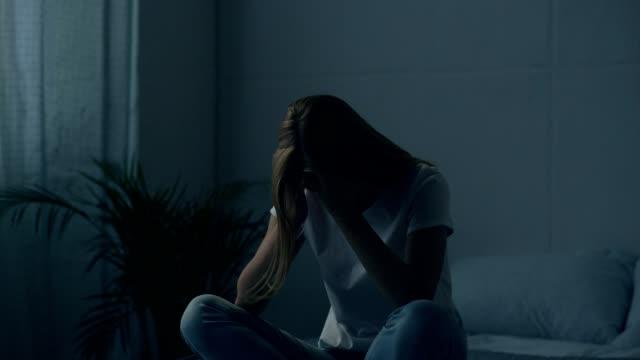 stockvideo's en b-roll-footage met jonge vrouw met psychische problemen - ongerustheid