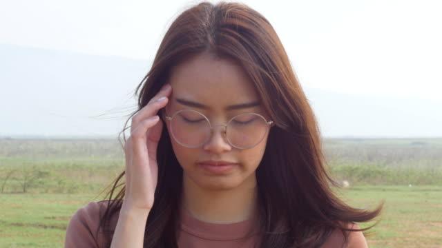 Ung kvinna huvudvärk video